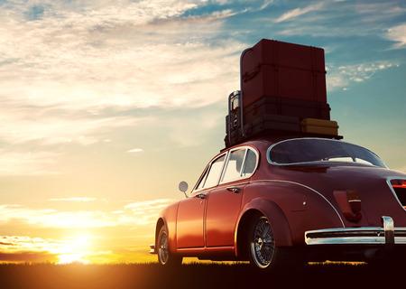 Retro rotes Auto mit Gepäck auf Dachgepäckträger bei Sonnenuntergang. Reisen, Urlaub Konzepte. 3D-Darstellung