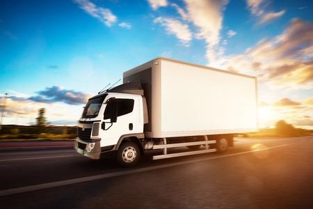 Kommerzielle Fracht Lieferwagen mit leeren weißen Anhänger auf der Autobahn fahren. Generisches, brandless Fahrzeugdesign. 3D-Rendering Standard-Bild - 64703052