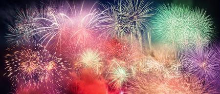Spektakuläre Feuerwerk leuchtet der Himmel. Feier des neuen Jahres Panorama-Hintergrund Lizenzfreie Bilder