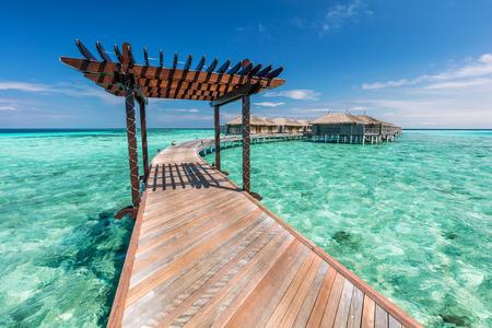 몰디브 물 별장을 향해 나무 부두. 인도양에있는 섬에 리조트 스톡 콘텐츠