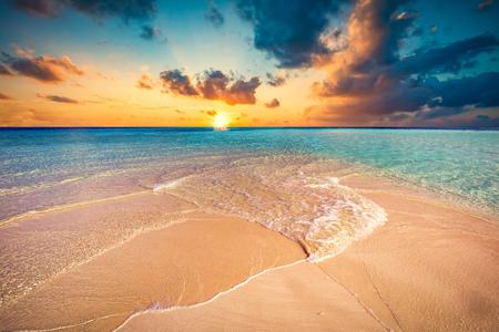 Tropisch strand met wit zand en helder turquoise zee. Malediven eilanden.
