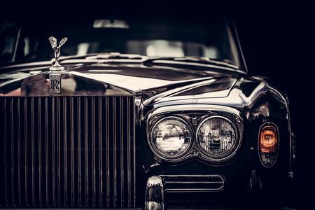 グダニスク、ポーランド - 9 月 8 日。ロールス ・ ロイス-黒の背景に英国クラシックカー クローズ アップ。ロールス ・ ロイスは高級車の象徴を残