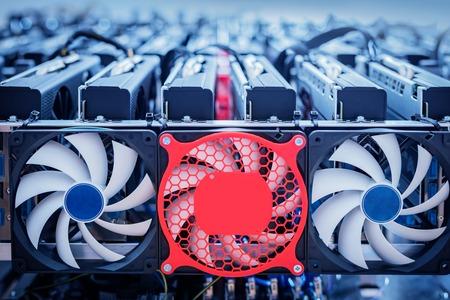 Hardware für die Bitcoin-Industrie. Cryptocurrency Mining. Großes elektronisches Gerät mit Ventilatoren und Drähten. Standard-Bild
