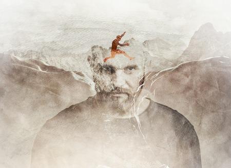 Composición de la exposición múltiple del hombre saltando entre las montañas mezcladas en la cabeza del hombre.