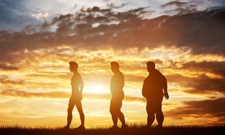 Drie mannen silhouetten met verschillende lichaamstypes op een avondrood. Transformatie van lichaamsvorm en gezondheidszorg. 3D illustratie. Stockfoto