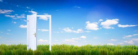 Porte ouverte sur l'herbe verte. Concept d'espoir, nouvelle vie etc. Ciel bleu ensoleillé Banque d'images