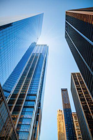 アメリカのニューヨーク市の超高層ビルのスカイライン。晴れた日にダウンタウンの高層ビル。 写真素材