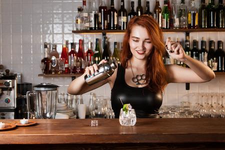 Sexy roodharige barman Stockfoto