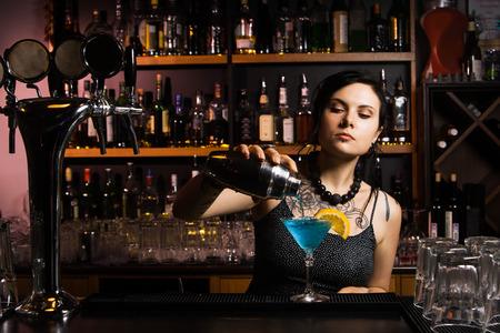 mujeres felices: Camarero Atractivo verter una bebida Foto de archivo