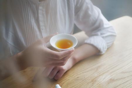 Black tea beauty Фото со стока