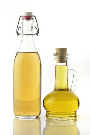 El vinagre de manzana y botellas de aceite de cocina