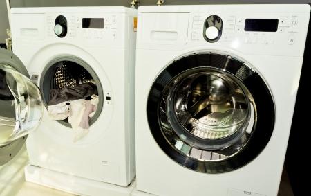 launder: algo de ropa en una lavadora abierta