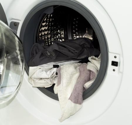 lavando ropa: algo de ropa en una lavadora abierta