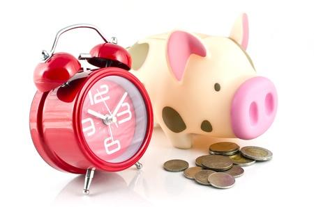 Piggy Bank, Münzen und Wecker, um Geld für den Ruhestand zu sparen Standard-Bild - 15215152