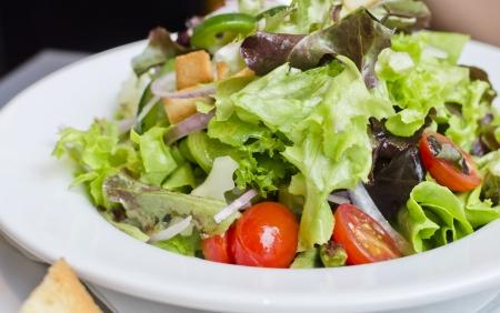 plato de ensalada: Fresca ensalada César, estilo de vida saludable Concepto ror