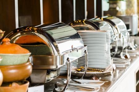 Buffet verwarmde trays klaar voor gebruik Stockfoto