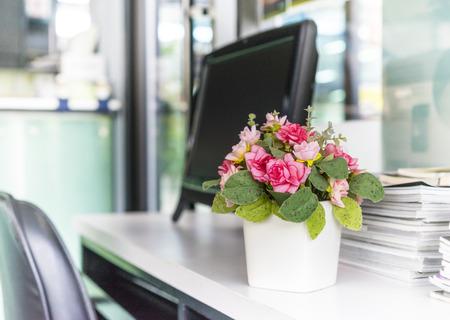 field of flower: Fiore artificiale sulla scrivania dell'ufficio: Profondit� di campo