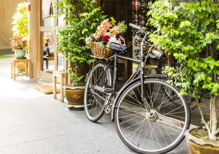 Altes Fahrrad und Blumen Dekoration Standard-Bild - 34651854