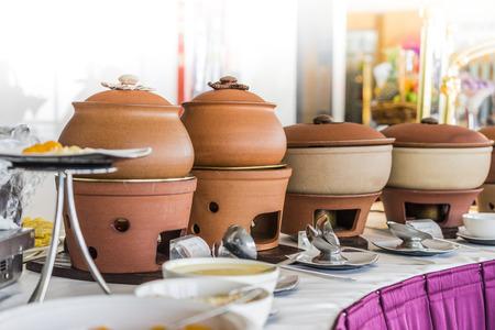 olla barro: Buffet calienta la olla de barro listo para el servicio