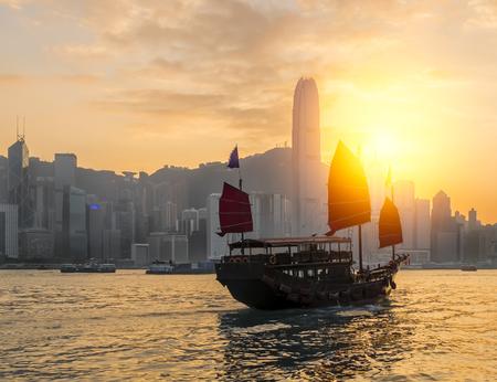 Hafen von Hongkong mit touristischen Trödel am Morgen Standard-Bild - 51271135