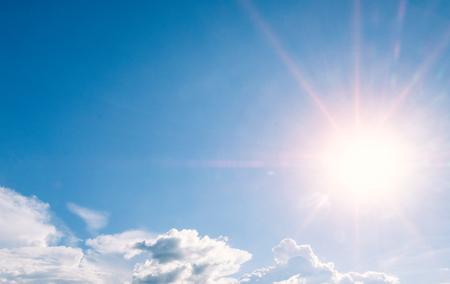 bel cielo con raggi di sole e nuvole
