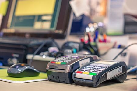 Credit card reader machine on cashier desk in department store  with selective focus effect Standard-Bild - 130675050