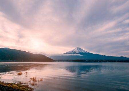 Mt.Fuji at early morning with sunrise, View from Kawaguchiko lake, Yamanashi, Japan Standard-Bild - 130675463