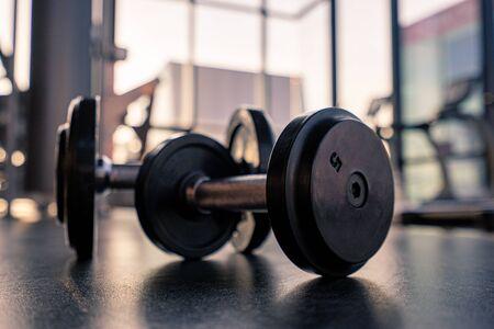 Pesa de gimnasia en el piso en la casa club de lujo, espere para hacer ejercicio en la mañana