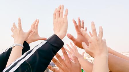 muchas manos que dice celebrando algo para algo Foto de archivo