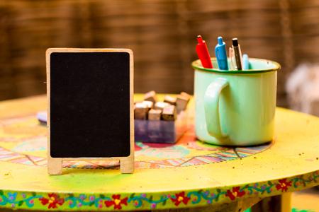 빈티지 나무 보드 기호 레이블을 테이블에. 스탠드 텐트 카드 메뉴 바와 레스토랑에서 사용하거나 모든 것을 넣습니다. 모형 스톡 콘텐츠 - 88368970
