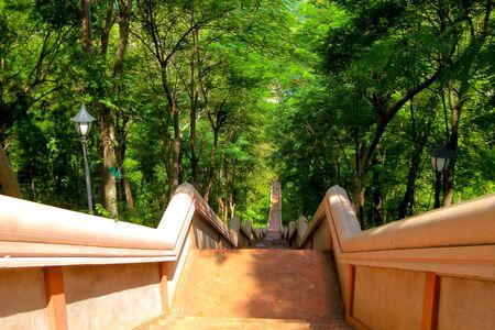 monasteri: scale per camminare su e giù per il vulcano khao kradong o Khao Kradong Forest Park. nella provincia di Buriram, TAILANDIA. Archivio Fotografico