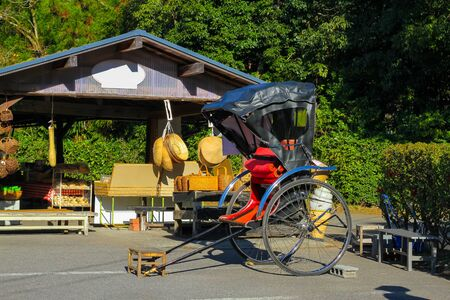 rikscha: Japanese traditional rickshaw Taking tourists for sightseeing attractions.