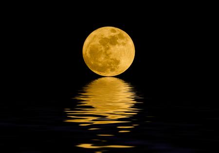 Luna piena sull'acqua notturna
