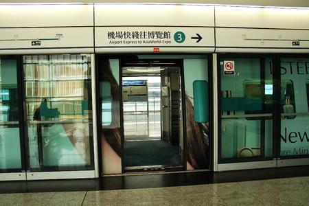 treno espresso: Piattaforma per la zona treno Airport Express, Hong Kong aeroporto