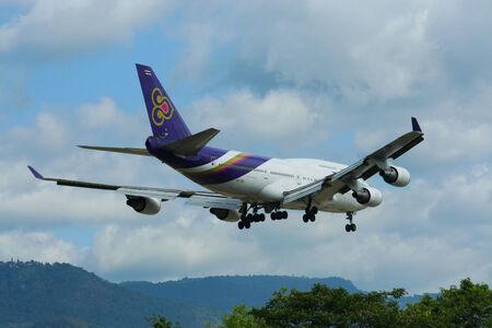 boeing 747: HS-TGH di Boeing 747-400 Thaiairway, Foto dall'aeroporto di Chiangmai Editoriali