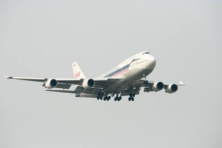 747 400: Chiangmai Thailandia-13 Aprile 2010 HS-TGP Boeing 747-400 della Thaiairway Retro vernice atterraggio all'aeroporto di Chiang Mai da Bangkok Suvarnabhumi Thailandia