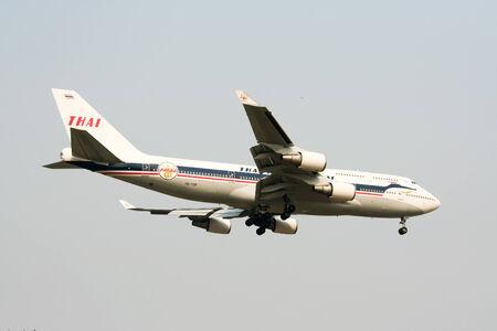 747 400: Chiangmai Thailandia-13 aprile, 2010 HS-TGP Boeing 747-400 di Thaiairway Retro vernice atterraggio all'aeroporto di Chiang Mai da Bangkok Suvarnabhumi Thailandia