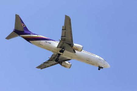 tdk: CHIANGMAI    THAILAND- FEBRUARY 5 2014   HS-TDK  Boeing 737-400  of  Thaiairway    Landing to Chiangmai airport from Bangkok Suvarnabhumi  thailand