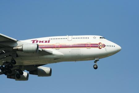 747 400: Chiangmai Thailandia-1 Aprile 2009 HS-TGM Boeing 747-400 di Thaiairway atterraggio all'aeroporto di Chiang Mai da Bangkok Suvarnabhumi Thailandia Editoriali
