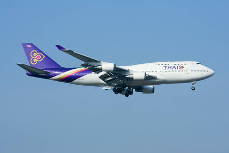747 400: Chiangmai, Thailandia-30 GENNAIO 2009 HS-TGB Boeing 747-400 di Thaiairway atterraggio all'aeroporto di Chiang Mai da Bangkok Suvarnabhumi Thailandia