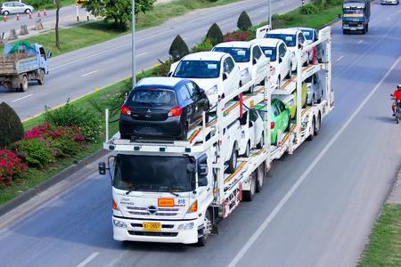チェンマイ, タイ - 2014 年 5 月 21 日日本郵船自動車物流タイ キャリア トレーラー道路 No 11 の写真は約 5 Km チェンマイ市から 報道画像