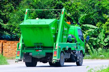 Chiang Mai, Tailandia - 22 de agosto 2014: Camión de basura de Organización Administrativa del subdistrito Tonpao. Foto en la carretera n º 121 a unos 8 km del centro de la ciudad de Chiang Mai, Tailandia. Editorial
