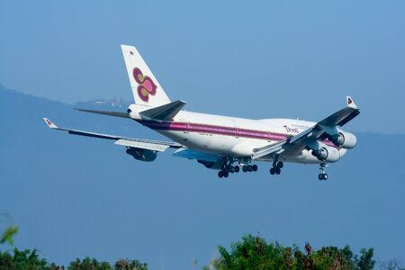 747 400: Chiangmai, Thailandia-25 DICEMBRE 2008: HS-TGT Boeing 747-400 di Thaiairway. Atterraggio all'aeroporto di Chiang Mai da Bangkok Suvarnabhumi. Thailandia.