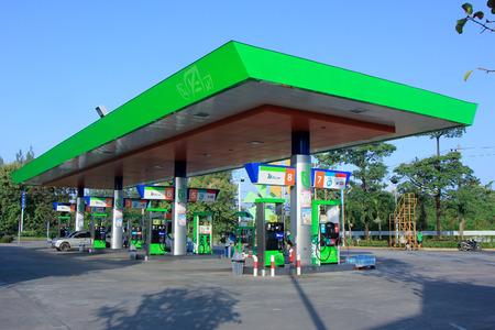 CHIANGMAI, THAÏLANDE - 26 octobre 2014: la station Bangchak huile. Situation sur no.11 de route sur 5 km de la ville de Chiangmai. Chiangmai, en Thaïlande. Banque d'images - 33075883