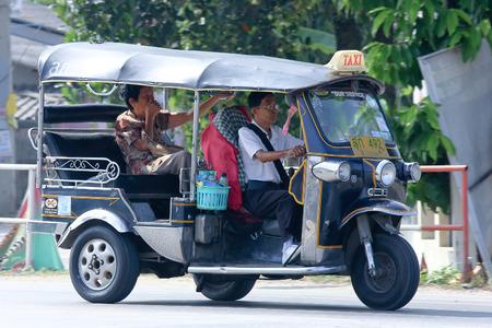 チェンマイ、タイ-2014 年 10 月 18 日: 三輪トゥクトゥク タクシー チェンマイ、市とその周辺のサービス。道路 no.121 チェンマイ、タイのダウンタウン 報道画像