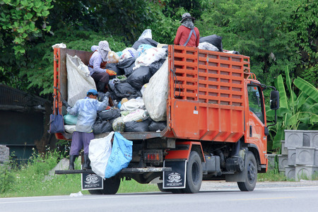 CHIANGMAI, THAILAND -OCTOBER 6 2014: Garbage truck of Nongjom Subdistrict Administrative Organization. Photo at road no 121 about 8 km from downtown Chiangmai, thailand. 新聞圖片