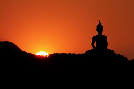 夕陽が美しい山と大きな仏陀像。