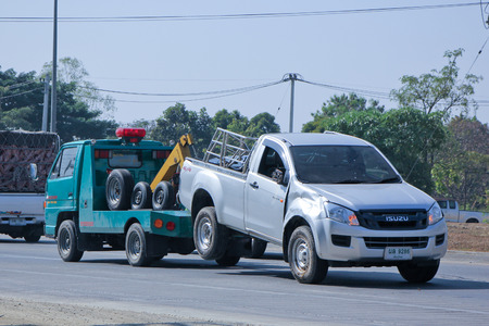 camion grua: Chiang Mai, Tailandia - 20 de diciembre 2014: camión SayThong remolque para mover coche emergencia. Foto en la carretera nº 1001 a unos 8 km del centro de Chiang Mai, Tailandia.