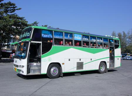 cooperativismo: CHIANG MAI, Tailandia - el 24 de enero 2015: de pasajeros Cooperativa Limitada Lamphun empresa de autobuses de rutas de autobuses de Chiang Mai Lamphun Li. Foto en la estación de autobuses de Chiang Mai, Tailandia. Editorial
