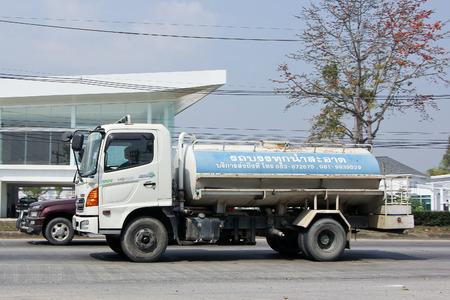 tanque de combustible: Chiang Mai, Tailandia-febrero 6 de 2015: Agua privada Camión Cisterna. Para la entrega de agua pura. Foto en la carretera n ° 121 a unos 8 km del centro de Chiang Mai, Tailandia. Editorial